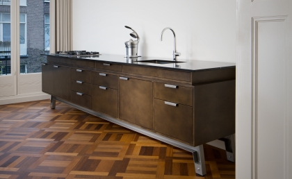 Vonder | Kitchen 'on legs' finished in deep bronze